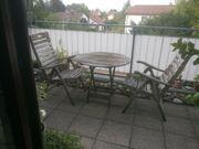Zwei Gartenhochlehnstühle mit Tisch aus