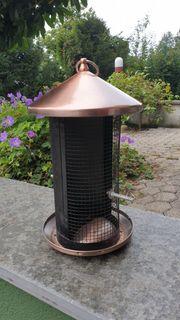 Kupferfarbenes Vogelhaus mit Futtersilo