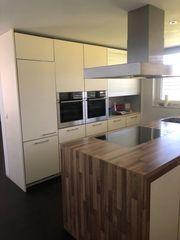 Küche mit Geräte und Spüle