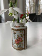 asiatische zierliche kleine Vase aus