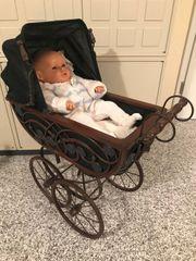 Puppenwagen im Nostalgie-Look mit Puppe
