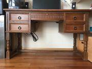 Kompakter Schreibtisch mit viel Stauraum
