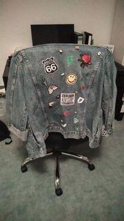 Jeansjacke mit Pins Flicken
