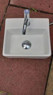 Klein Waschbecken mit Armatur