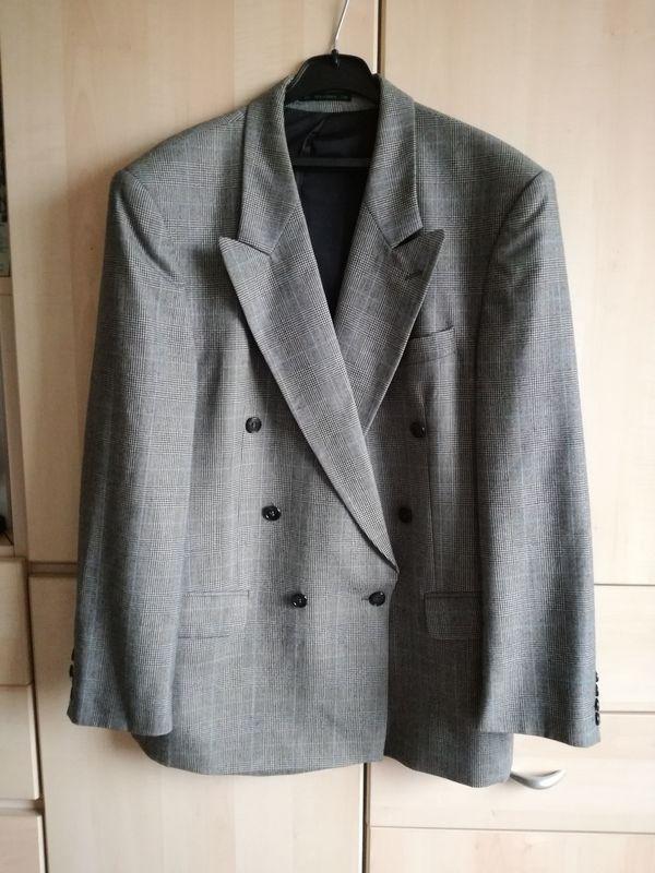 Herren Anzug Gr. 50 grau gemustert von Westbury top Zustand - Waldbrunn - Verkaufe hier einen Herren Anzug zweireiher in grau Gr. 50, mit Musterungin top Zustand.Marke WestburyEr hat seine Besonderheiten. In der Hose ist eine Innentasche mit Reißverschluss.Ebenso ist in der Innenseite des Sakkos 2 Taschen mit Reiß - Waldbrunn