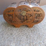 Antike Truhe aus Kampferholz handgeschnitzt