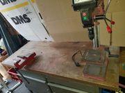 Werkbank mit Schraubstock und Tischbohrmaschine