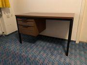 Schreibtisch aus Holz mit Metallgestell