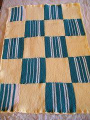 Kleine Decke in hellgelb türkis