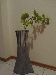 Vase silberfarben mit Kunstblume