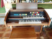 Orgel mit Stuhl
