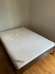 Bett mit Matratze und Lattenrost