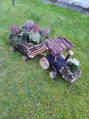 Holztraktor mit Anhänger voll mit