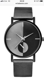 Eine Trenduhr in schwarz metallic