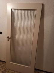 Alte Türen aus Massivholz mit