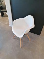 2 moderne Stühle