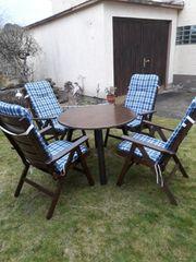 Gartentisch mit 4 Holzgartenstühle