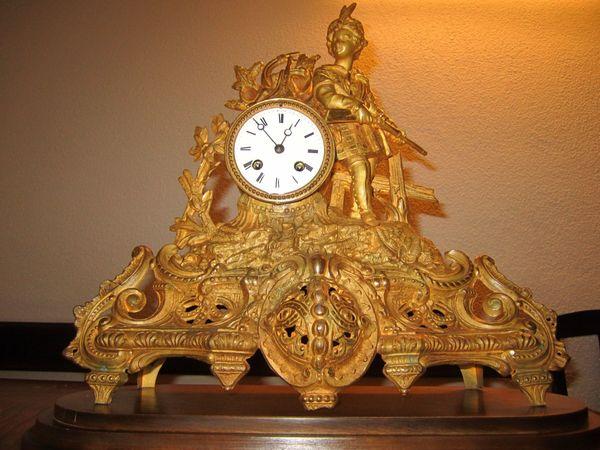 Französische Kaminuhr mit einem Pendeluhrwerk - Bühl - Ich verkaufe hier eine schöne Kaminuhr mit einem Pendeluhrwerk und dekorativen Details.Das Gehäuse ist aus Metall, feuervergoldet und zum Teil patiniert. Ein passender Holzsockel und der Schlüssel für Uhrwerk und Schlagwerk ist auch dabei. Das - Bühl