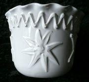 aufwändig gestalteter Blumenumtopf - ein Blickfang