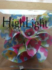 Bunte Lichterkette mit Blumenmuster von
