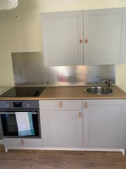 Küche mit Herd und Kochplatte