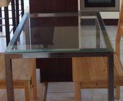 Quadratischer Tisch mit Glasplatte