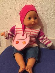 Babypuppe mit Kleidung