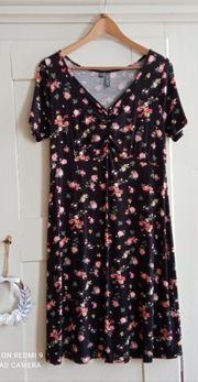 Hübsches Shirtkleid Gr 36 38