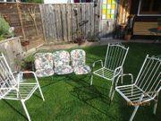 Alte Gartenstühle mit Bank