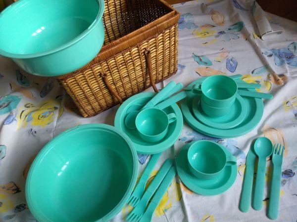 Picknickkorb mit Geschirr und Besteck für 4 Personen aus mintgrünem Plastik