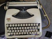 Nostalgische Schreibmaschine mit Buch