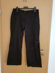 schwarze Hose mit aufgesetzten Taschen