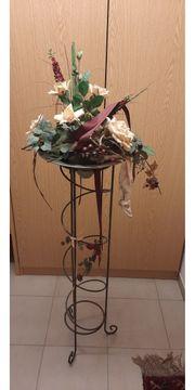 Kunstblumendeko mit Ständer