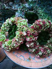 Kränze aus Seidenblumen oder Naturmaterialien