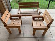 Holzbank und 2 Stühle