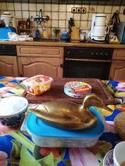 Eine mittelgroße Ente aus goldfarbenen