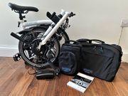 Elektrisches Faltrad Brompton mit Stadttasche