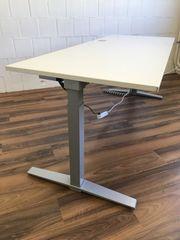 Elektrisch höhenverstellbarer Schreibtisch von König