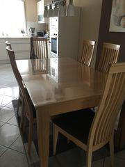ein großer Esszimmer Tisch mit