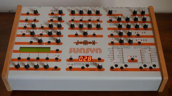 Jomox Sunsyn OS 1. 22, 8 Voice Hybrid Synthesizer - Seligweiler - Ein besonderes Angebot für Kenner der analogen Synthese: 8-stimmig polyphon, zwei analoge und zwei digitale Oszillatoren pro Stimme, innovatives Filter mit getrennt einstellbarer Charakteristik und Cutoff für jeden Pol, speicherbare Routin - Seligweiler