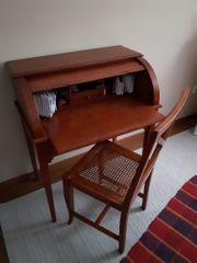 Sekretär mit Stuhl