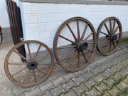 Alte Wagenräder aus Holz
