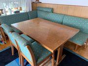 Sitzbank mit Tisch und Stühlen