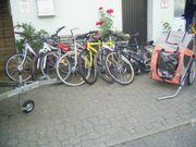 versch Fahrräder und Anhänger