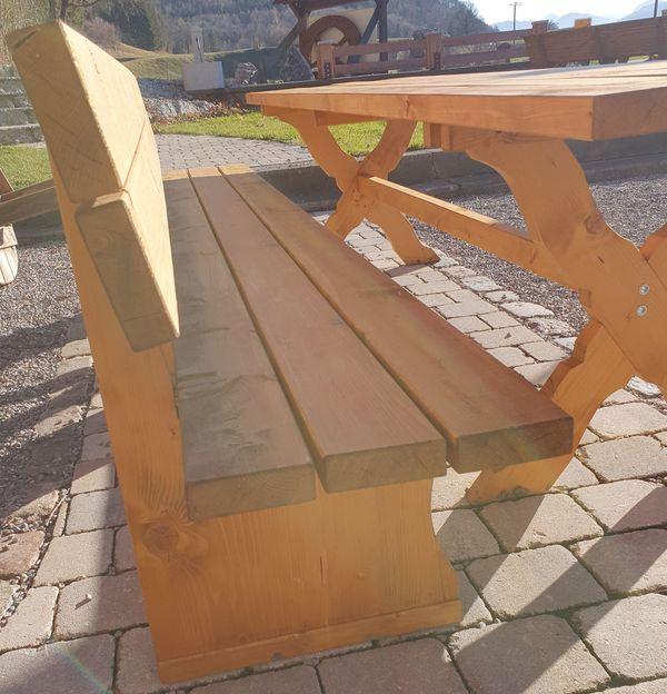 Neuer Gartentisch mit passenden Bänken