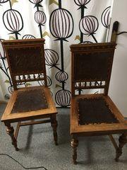 zwei Holzstühle mit Drechslerarbeiten und