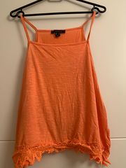 neon-orange farbenes Top von Atmosphere