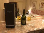 Luxusfrau bietet niveauvolle Arrangements