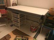 Höhen- und neigungsverstellbarer Schreibtisch