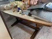 massiver Tisch mit Marmorplatte